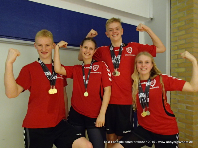 Swim team aabybro vandt mixholdkappen 4x50m frisvømning. fra venstre